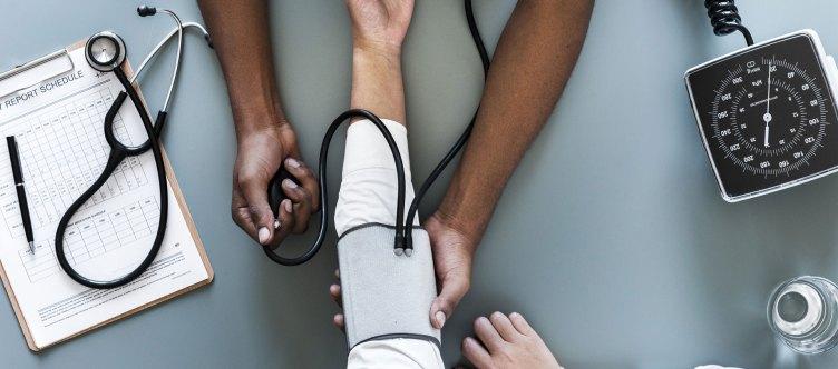 Untersuchung beim Arzt - Alles zum Behandlungsavertrag im Medizinrecht