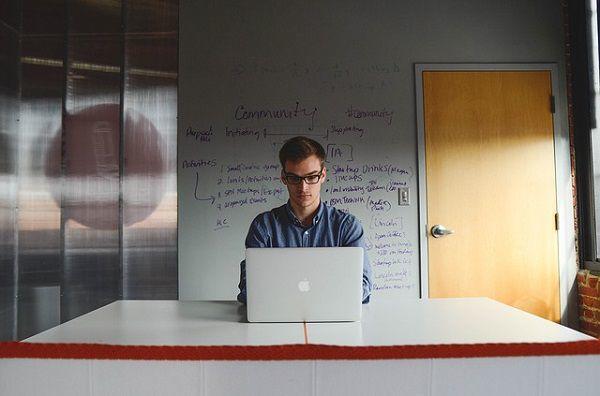 PCに向かう起業家