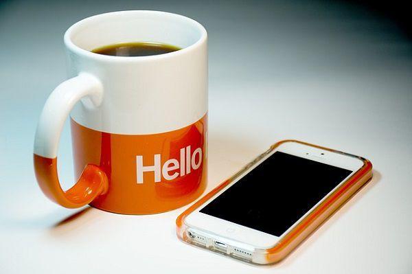 iPhoneとマグカップ