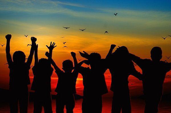 夕日と子供たち