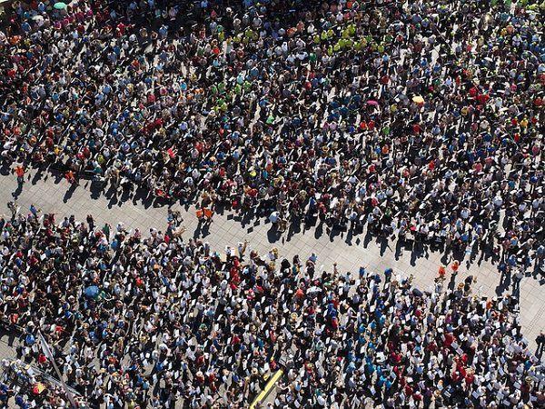 通りにあふれる群衆