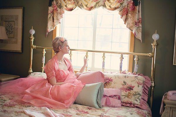 ベッドで起き上がる女性