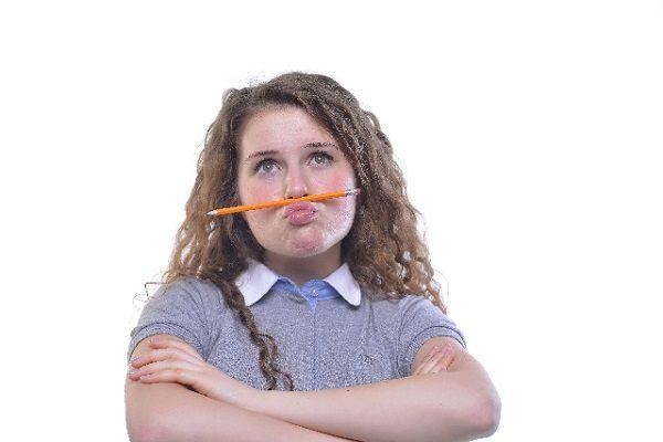 鼻の下に鉛筆を挟んだ少女