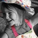 帽子をかぶった小さい女の子