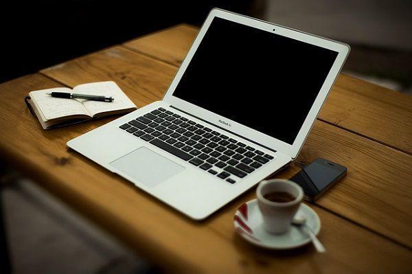 ノートPCとコーヒー