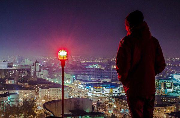 屋上からの景色を眺める男性