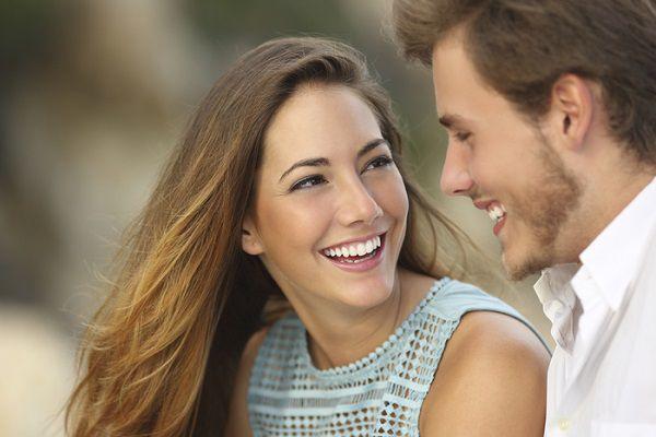 笑顔で彼を見つめる女性