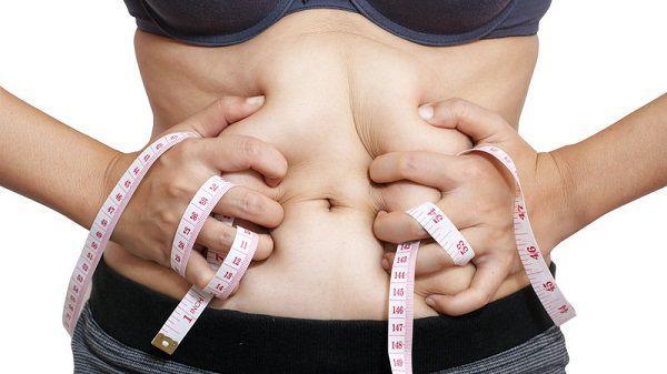 太ってきたお腹を気にする女性