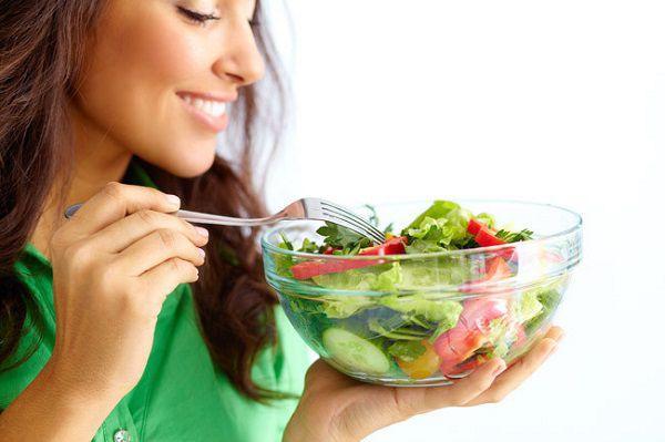 野菜サラダを食べる女性