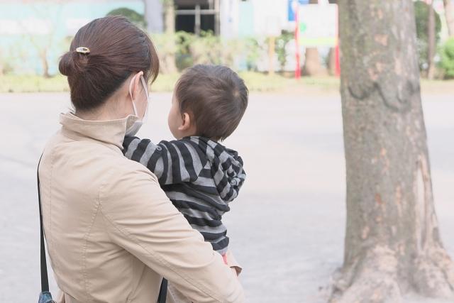 子供を連れたママが公園にいるシーン