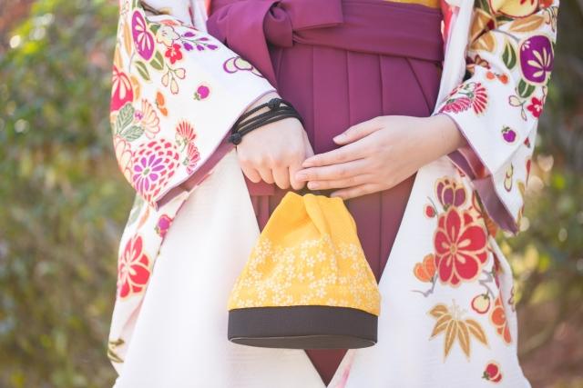 卒業式で袴を着た女性