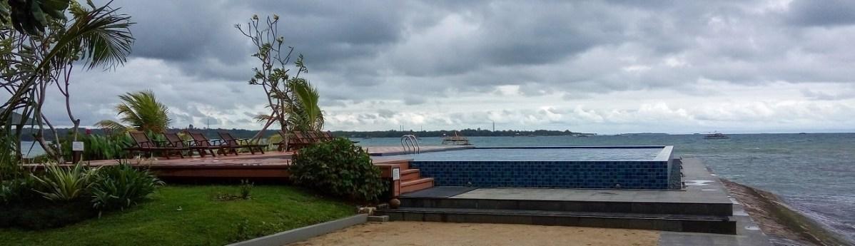 Kolam Renang dengan View Laut Lepas di Archipelago Beach Villa Carita
