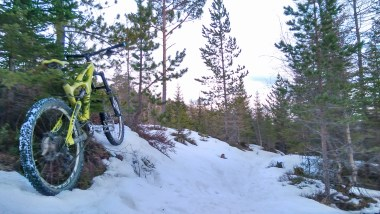 ibis mojo dh bike in the snow, trondheim norway bymarka forest