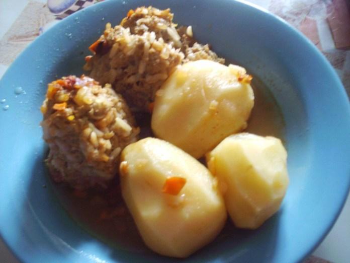 tefteli-tushenye-s-celym-kartofelem