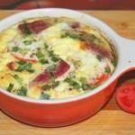 Омлет с помидорами, салями и зелёным луком
