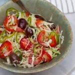 Капустный салат с болгарским перцем, оливками, зеленым чили и базиликом