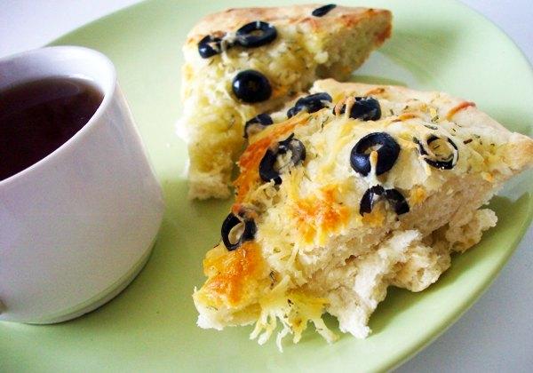 Итальянский хлеб фокачча с сыром оливками и розмарином