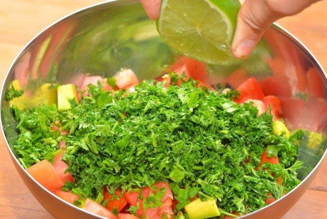 Салат из помидора и авокадо2