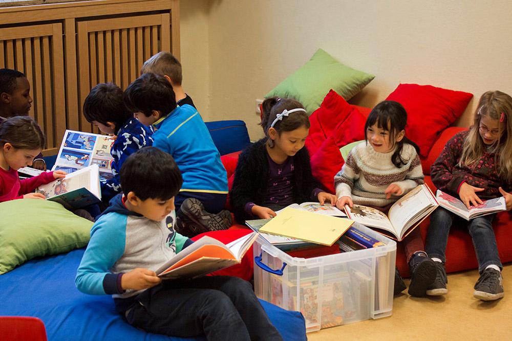 Kinder freuen sich über Bücherspende