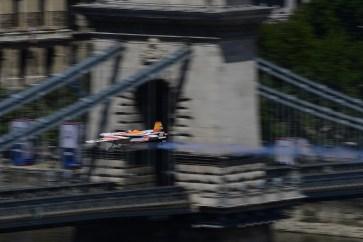 Budapest, 2017. július 1. Juan Velarde spanyol pilóta Edge 540 típusú gépével repül a Duna felett, a Lánchídnál a Red Bull Air Race budapesti futama Master Class kategóriájának selejtezõjén 2017. július 1-jén. MTI Fotó: Kovács Tamás