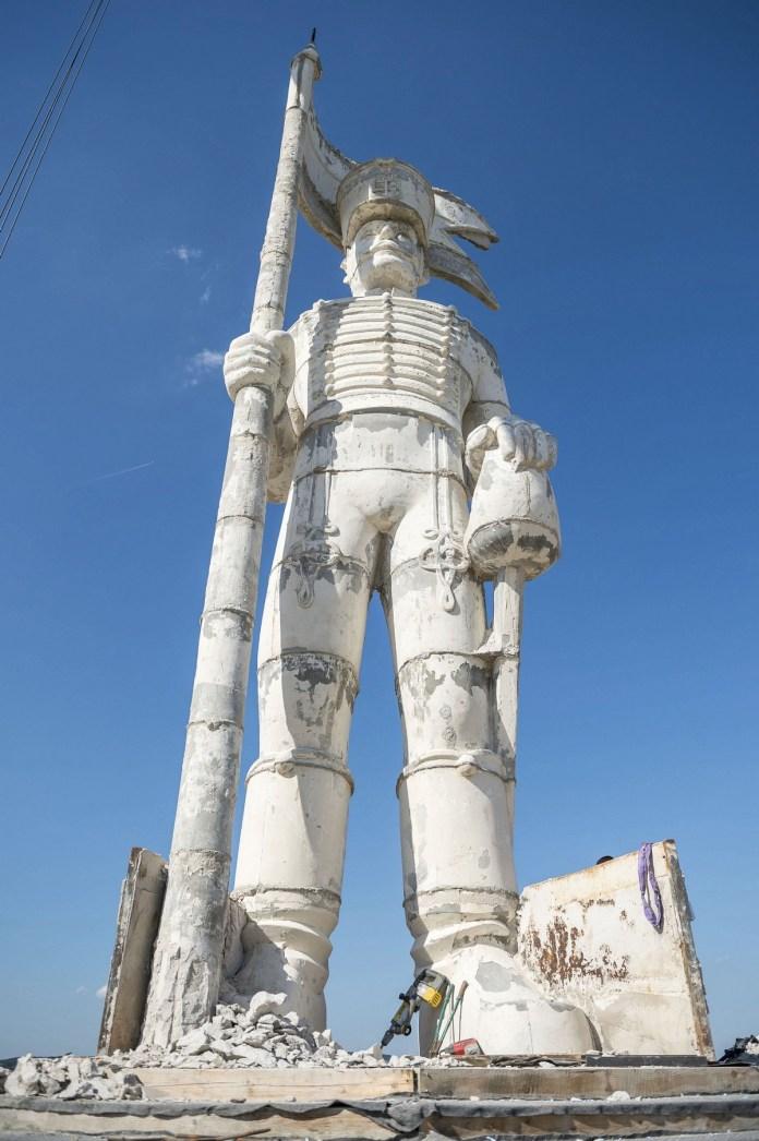 Miskahuszár szobor Pákozdon