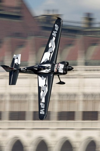 Budapest, 2017. július 1. A késõbbi elsõ helyezett kanadai Pete McLeod repül Edge 540 típusú gépével a Duna felett a Red Bull Air Race budapesti futama Master Class kategóriájának selejtezõjén 2017. július 1-jén. MTI Fotó: Lakatos Péter