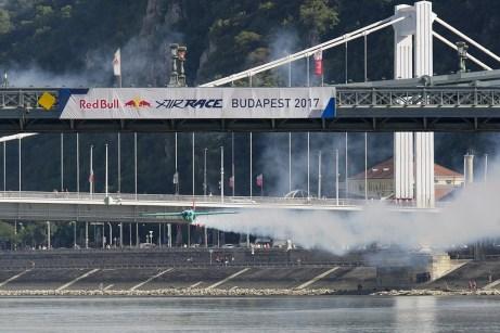Budapest, 2017. július 1. A késõbbi második helyezett japán Muroja Josihide repül gépével a Duna felett a Red Bull Air Race budapesti futama Master Class kategóriájának selejtezõjén 2017. július 1-jén. MTI Fotó: Lakatos Péter