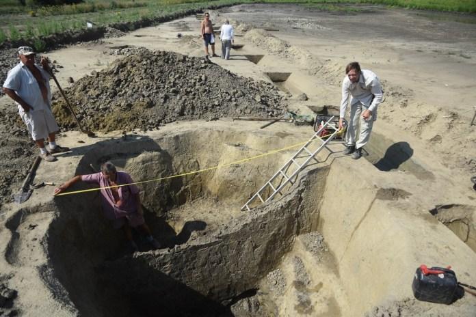 A Tiszakürt határában feltárt fabéléses kútnál talált edénymaradványok 2018. július 30-án. A hét és fél ezer éves neolit, vagyis újkőkori település feltárását a szolnoki Damjanich János Múzeum szakemberei végzik. Az ásatás két meglepetéssel szolgált a régészeknek...