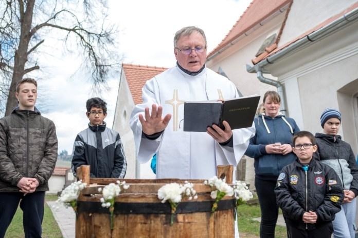 Húsvéti vízszentelés Erdélyben