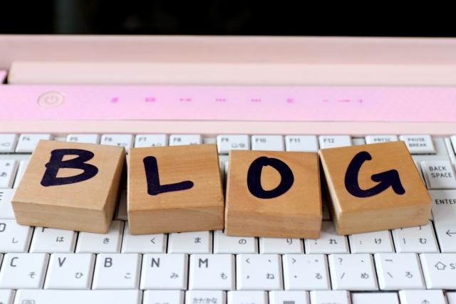 PCキーボードの上のブログと書かれた文字