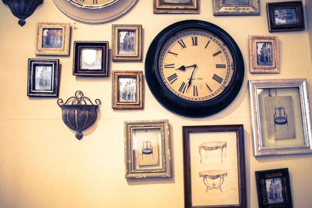 壁の時計と額縁