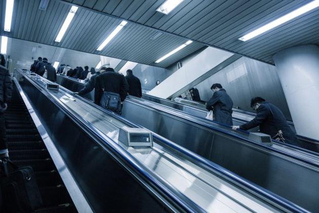通勤途中のエスカレーター
