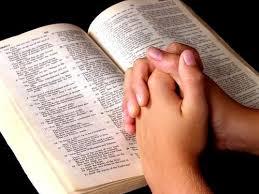 bíblia_mãos postas