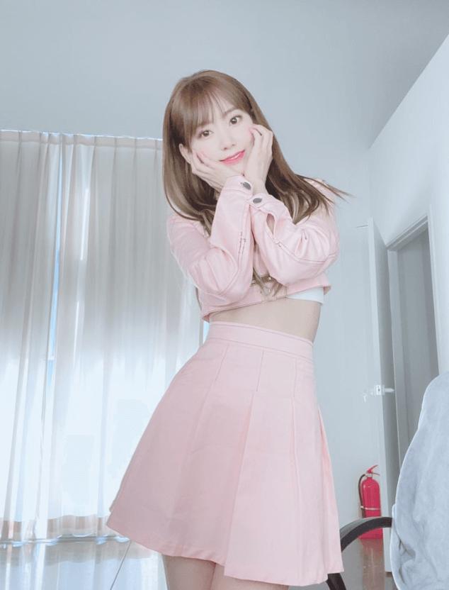 フルアルバムBLOOM IZで韓国でカムバックしたピンクの衣装を着たizone宮脇咲良