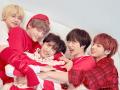赤い服を着たTXTメンバー集合写真