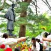 太宰治 ファンら銅像に献花 青森で生誕107年祭。