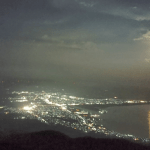 青森・釜臥山「アゲハチョウの夜景」月との素敵なコラボ!