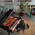 グランドピアノ、JR七戸十和田駅併設・七戸町観光交流センターに出現