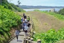 「みちのく潮風トレイル」14キロ歩いて点検(八戸市蕪島−階上町)
