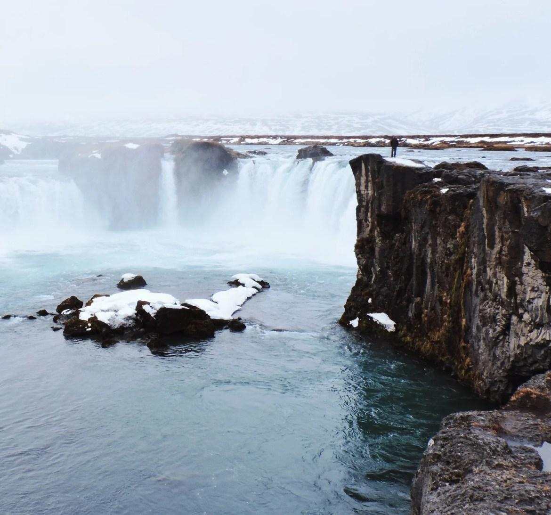 Linda cachoeira e muita neve