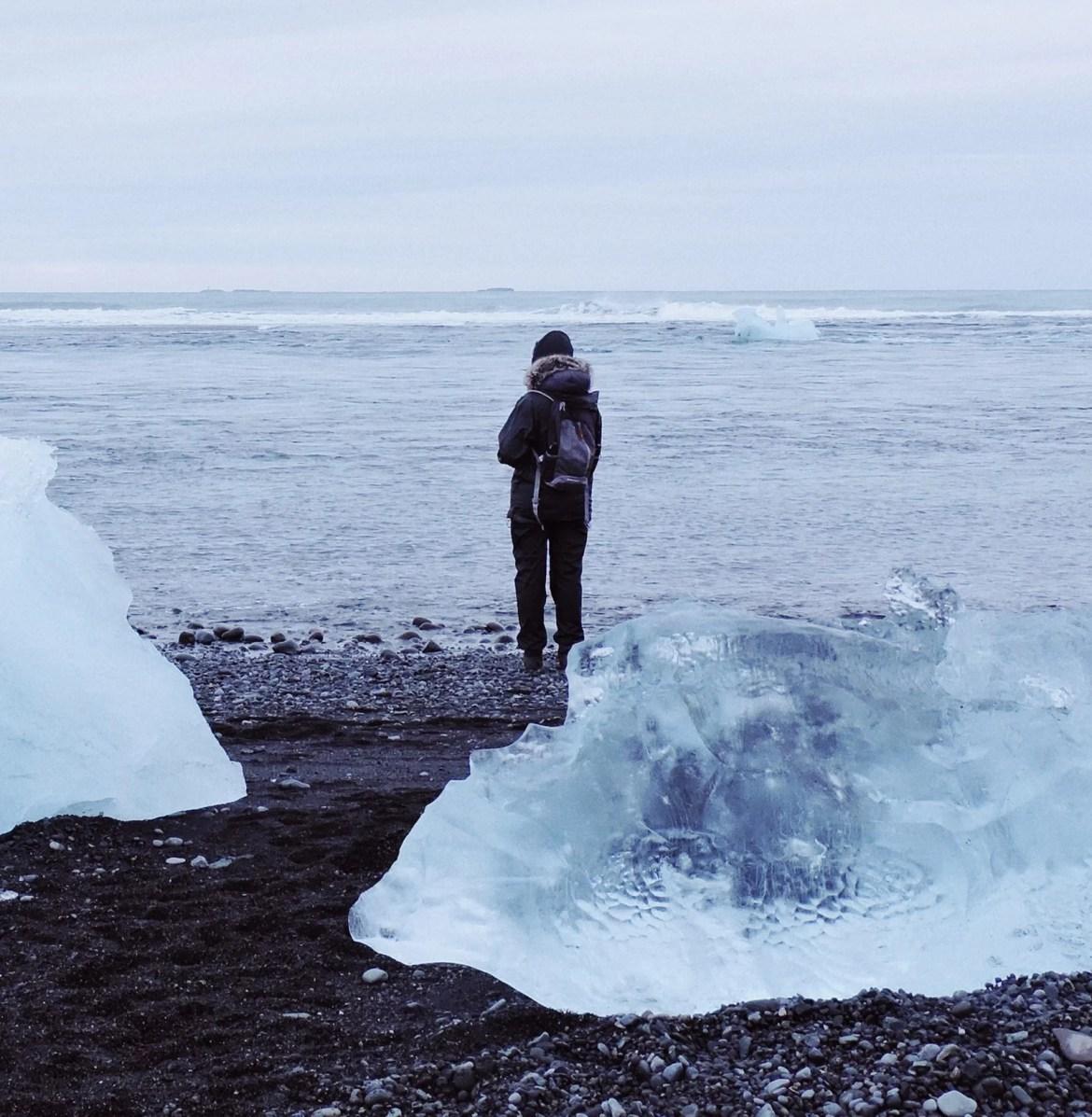 Icebergs em praia de areia negra