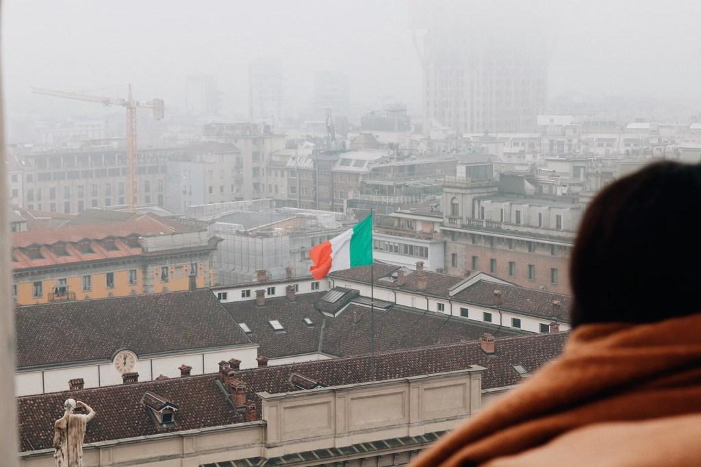Bandeira da Itália na paisagem de Milão