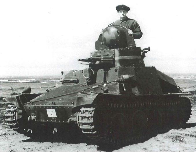 R-1, tanchetă proiectată în Cehoslovacia sub numele AH-IV, folosită pentru recunoaştere (în imagine apare o versiune suedeză). Foto: Jane's World War II Tanks and Fighting Vehicles. — Leland Ness, 2002 / wikipedia