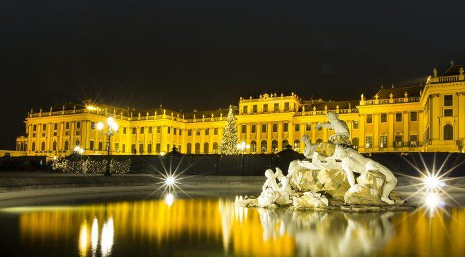 Schloss Schönbrunn im Wandel der Jahreszeiten von Charlie Schwarz