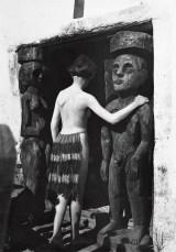 Ernst Ludwig Kirchner, Maler und Bildhauer, Der Maler als Fotograf, Nina Hard vor dem Eingang des Hauses In den Lärchen, Museum der Moderne, Ausstellung in Salzburg, Foto, Grafiker, Bildhauer