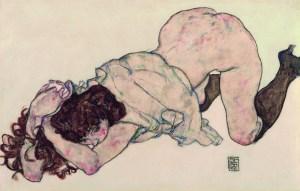 Kniendes Mädchen, auf beide Ellbogen gestützt,