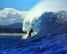 Viajar sozinho Para viver a cultura surfando no havai