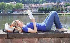 mulher-relaxando-lendo-um-livro Porque viajar sozinha(o) ? Os 7 motivos que faltavam pra te convencer
