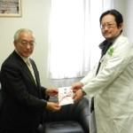 ESTクリニック 最高経営責任者 角田悟様(右)から寄付金を頂きました