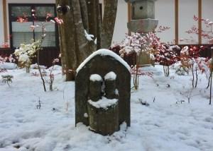 中庭、雪の中の道祖神